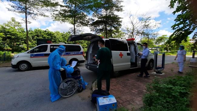 Bệnh nhân Covid-19 nguy kịch thứ 12 xuất viện sau 34 ngày điều trị tại BV Nhiệt đới TW  - Ảnh 4.