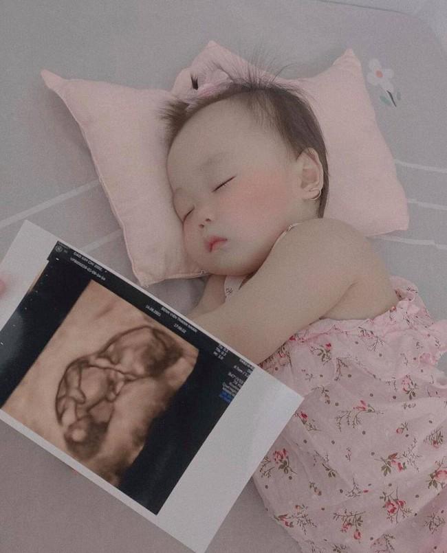 Con mới được hơn 10 tháng tuổi, bạn thân Linh Ka thông báo bầu tập 2 khiến dân tình bất ngờ ngã ngửa