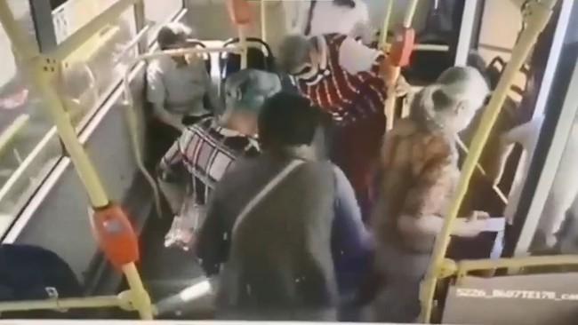 Video gây sốc: Cô gái đang đi xe buýt bỗng lăn đùng ngã vật xuống sàn, thái độ của hành khách trên xe gây phẫn nộ tột cùng - Ảnh 2.