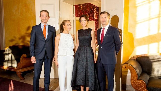 """Mặc đẹp hơn Kate nhưng Công nương Đan Mạch vẫn thua một nhân vật: Chỉ vì thiếu một món phụ kiện mà nhìn """"dừ"""" hơn cả chồng - Ảnh 4."""