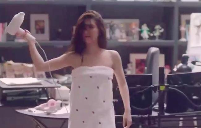 Lộ clip Triệu Lộ Tư quấn khăn tắm sexy, hành động lạ khi thấy đồng nghiệp nam mới đáng nói  - Ảnh 5.