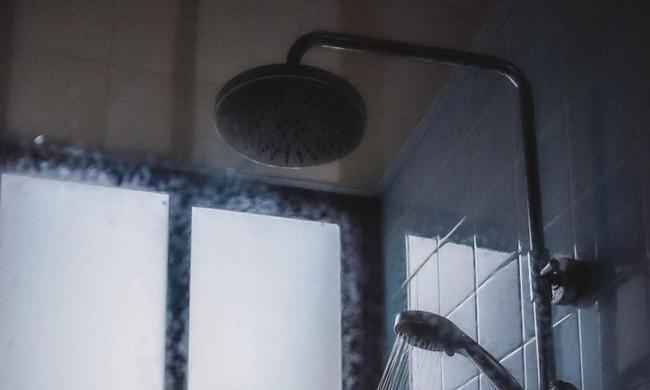 Đang tắm thì phát hiện camera rơi xuống sàn, người phụ nữ biết danh tính thủ phạm liền đòi ly hôn, sau đó có hành động khó hiểu - Ảnh 1.