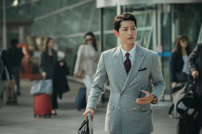 Biên kịch Hậu duệ mặt trời bất ngờ quan tâm với Song Hye Kyo nhưng lại lơ đẹp Song Joong Ki khiến fan tranh cãi - Ảnh 4.