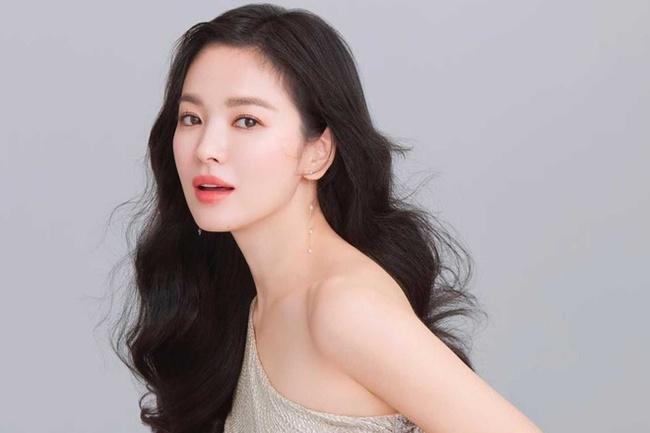 Biên kịch Hậu duệ mặt trời bất ngờ quan tâm Song Hye Kyo nhưng lại lơ đẹp Song Joong Ki khiến fan tranh cãi