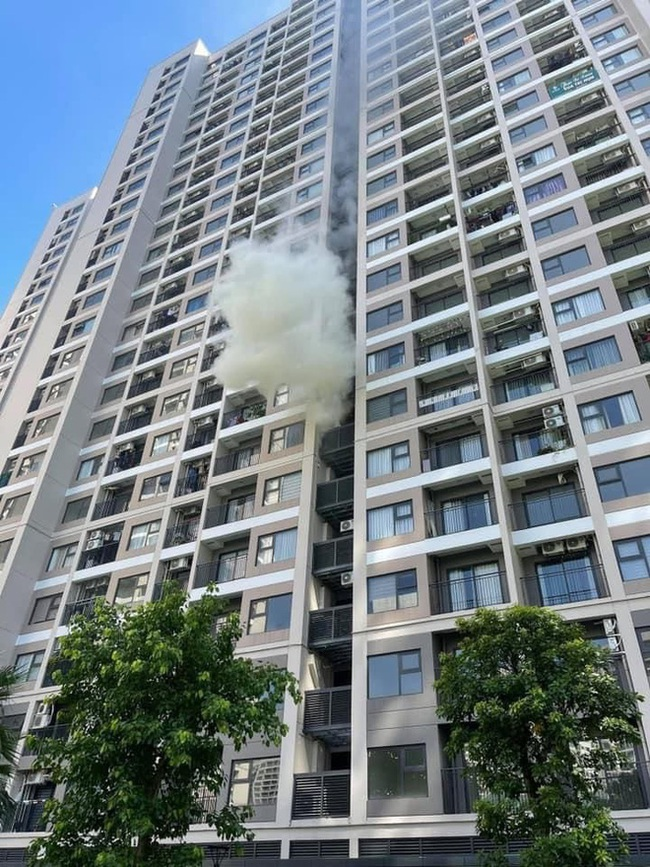 Hà Nội: Cháy căn hộ chung cư cao cấp vì để bìa carton cạnh cục nóng điều hòa - Ảnh 1.