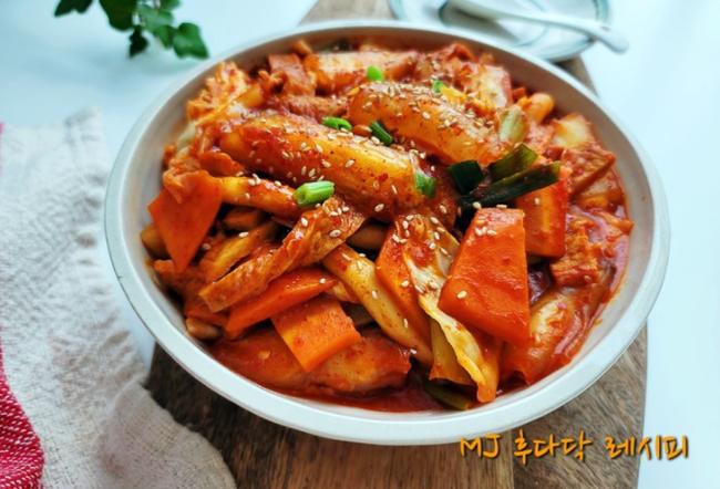 """MXH Hàn Quốc đang """"phát sốt"""" với món Tokbokki được làm từ bánh tráng Việt Nam: Vào bếp thử làm luôn các chị em ơi! - Ảnh 2."""
