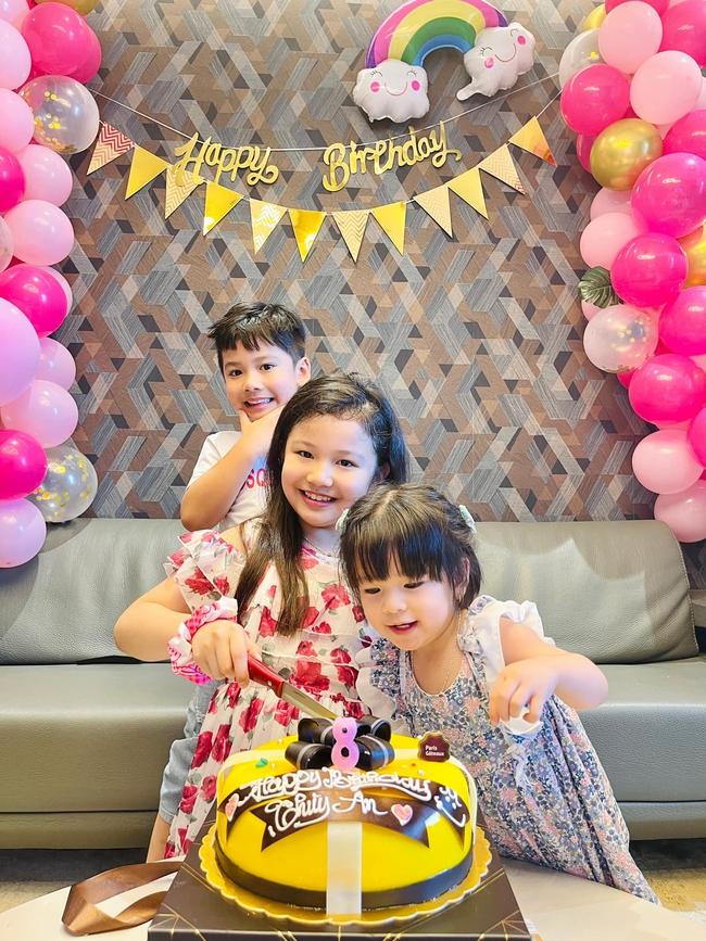 3 con của Jennifer Phạm chụp hình chung khiến ai cũng xuýt xoa vì gen quá trội, bảo sao chồng Hoa hậu cứ đòi đẻ thêm - Ảnh 2.