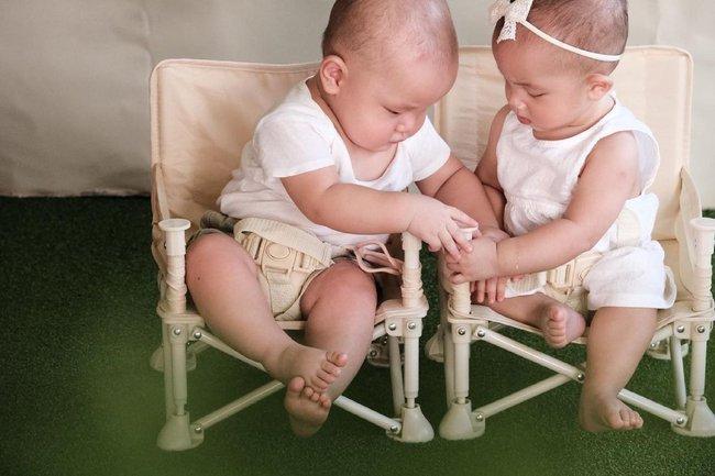 Hồ Ngọc Hà tung ảnh Leon và Lisa ngồi đợi chúc mừng sinh nhật anh hai Subeo, nhìn mặt hai bé mà vừa cưng vừa bật cười - Ảnh 4.