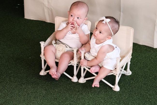 Hồ Ngọc Hà tung ảnh Leon và Lisa ngồi đợi chúc mừng sinh nhật anh hai Subeo, nhìn mặt hai bé mà vừa cưng vừa bật cười - Ảnh 3.