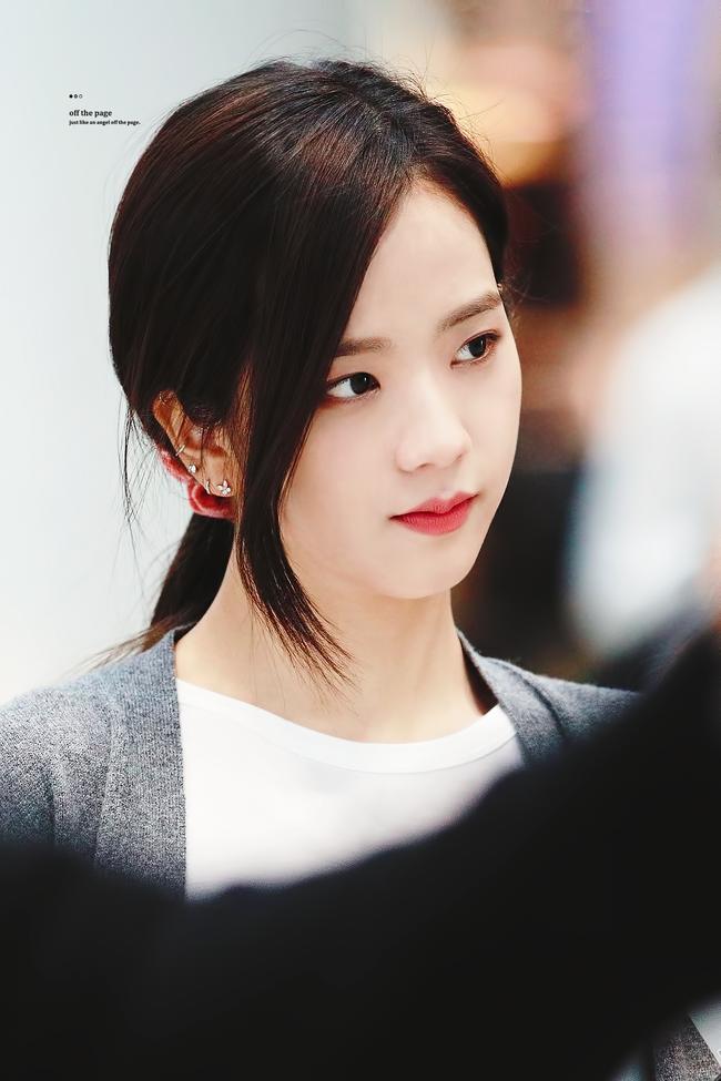 Quen nhìn Jisoo xõa xượi rồi, giờ hãy ngắm visual xinh điên đảo của chị cả Black Pink khi áp dụng 4 kiểu tóc buộc - Ảnh 2.