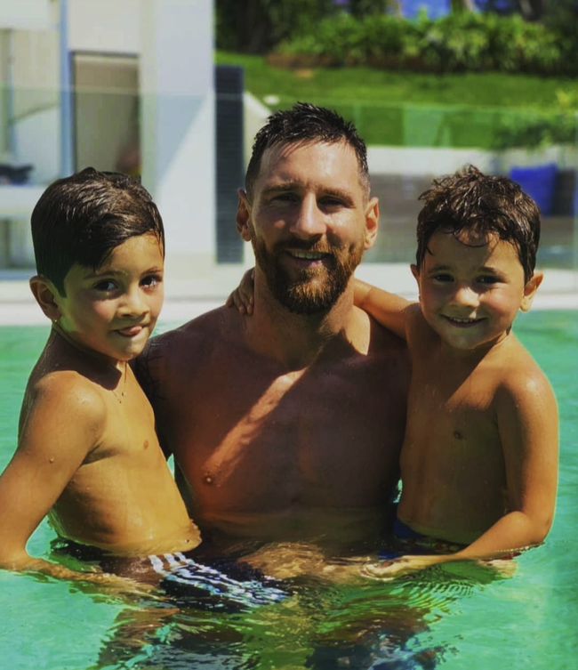 """Con trai Messi là fan cứng của Ronaldo, còn con trai Ronaldo lại thần tượng Messi: Bố nhà người ta bao giờ cũng """"cool ngầu"""" hơn bố mình? - Ảnh 4."""