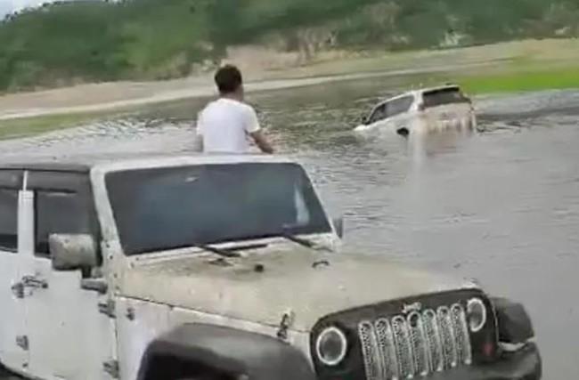 Lái xe địa hình vượt sông nhưng bị mắc kẹt trong bùn, vợ bất lực nhìn chồng chết ngay trước mắt, vụ việc gây phẫn nộ vì nguyên nhân cơ bản - Ảnh 2.