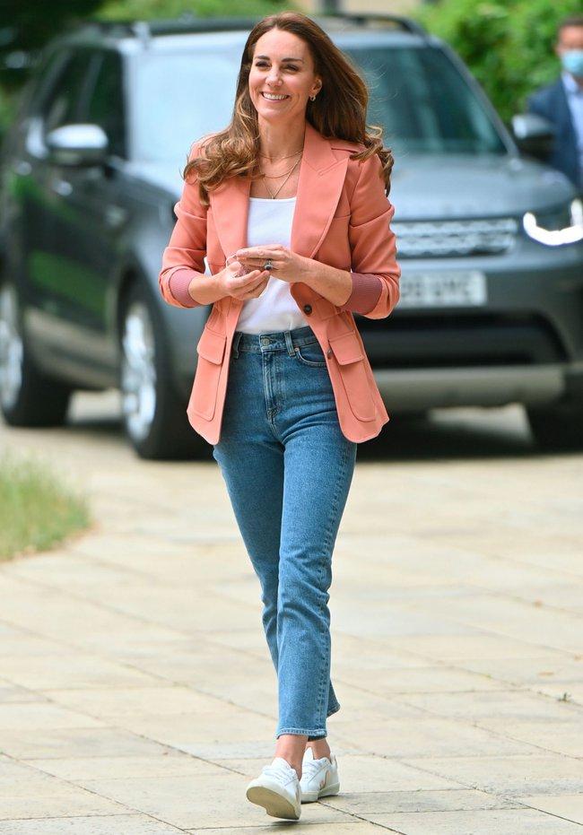Outfit của Công nương Kate đang trẻ xinh, sành điệu bỗng bớt đẹp hẳn vì chiếc áo blazer lỗi thời - Ảnh 2.