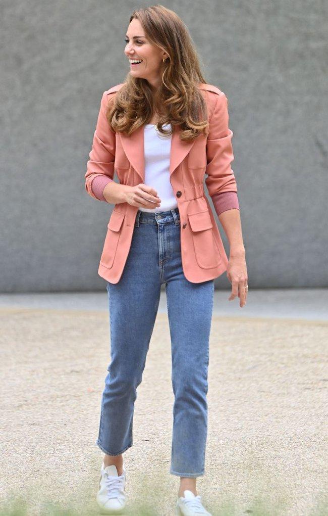 Outfit của Công nương Kate đang trẻ xinh, sành điệu bỗng bớt đẹp hẳn vì chiếc áo blazer lỗi thời - Ảnh 3.