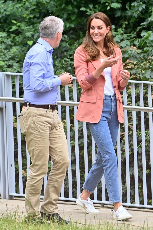 Outfit của Công nương Kate đang trẻ xinh, sành điệu bỗng bớt đẹp hẳn vì chiếc áo blazer lỗi thời - Ảnh 4.