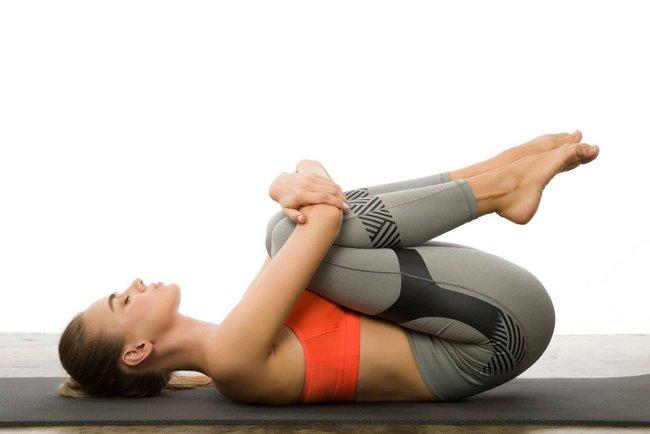 Gợi ý 3 bài tập yoga trị đau thắt lưng và cột sống cổ tại nhà hiệu quả - Ảnh 4.