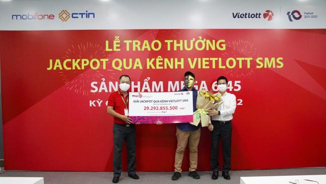 Mua Vietlott qua tin nhắn, người đàn ông vừa trúng Jackpot có giá trị lớn nhất đầu tiên qua kênh SMS vừa trúng thêm 2 giải thưởng khác - Ảnh 3.