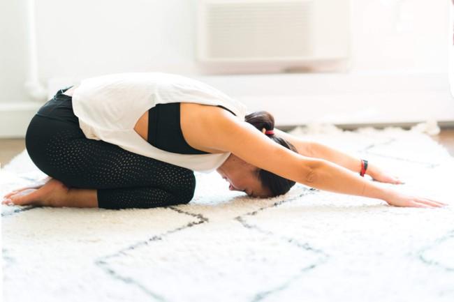 Gợi ý 3 bài tập yoga trị đau thắt lưng và cột sống cổ tại nhà hiệu quả - Ảnh 3.