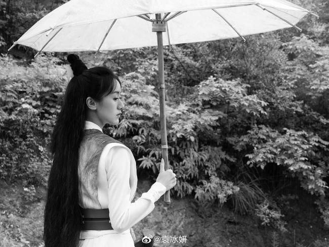 Viên Băng Nghiên lộ góc nghiêng, fan đào bới ngay cảnh khoe đồ hiệu đắt đỏ, mỹ nữ Lưu ly mỹ nhân sát đã lên đời  - Ảnh 5.
