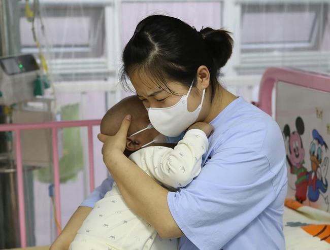"""Bé 1 tuổi nhập viện với vết bầm tím, bác sĩ tức giận buộc tội gia đình thiếu hiểu biết, người bà nói rằng """"Tôi chỉ muốn cứu cháu"""" - Ảnh 1."""