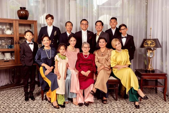 """Hình ảnh đại gia đình đậm chất danh gia vọng tộc của Hà Kiều Anh nhận được sự chú ý giữa ồn ào tự xưng là """"công chúa đời thứ 7 của triều Nguyễn"""" - Ảnh 3."""