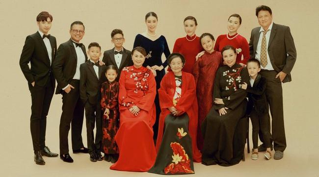 """Hình ảnh đại gia đình đậm chất danh gia vọng tộc của Hà Kiều Anh nhận được sự chú ý giữa ồn ào tự xưng là """"công chúa đời thứ 7 của triều Nguyễn"""" - Ảnh 4."""
