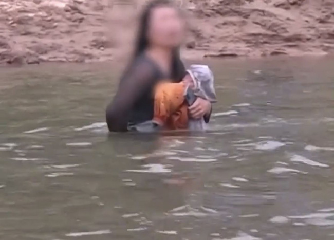 """Mẹ ôm con nhảy sông tự tử được đội cứu hộ giúp đỡ, hành động chống cự của cô ta làm dấy lên sự căm phẫn: """"Ác hơn thú dữ"""" - Ảnh 1."""