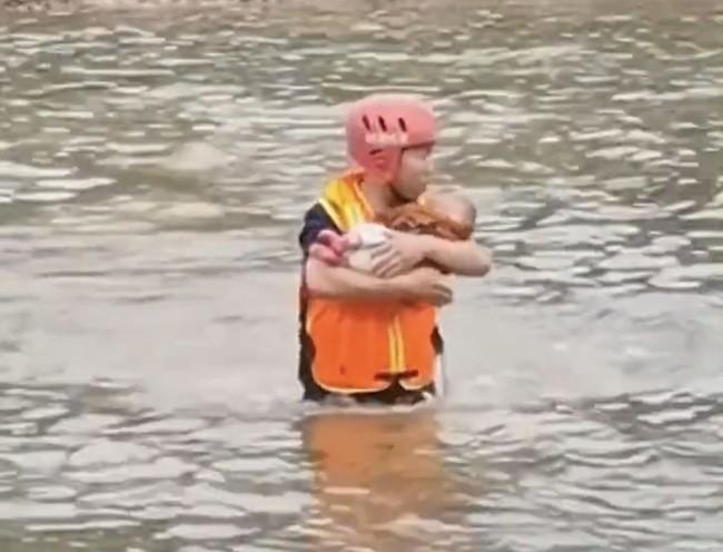 """Mẹ ôm con nhảy sông tự tử được đội cứu hộ giúp đỡ, hành động chống cự của cô ta làm dấy lên sự căm phẫn: """"Ác hơn thú dữ"""" - Ảnh 4."""