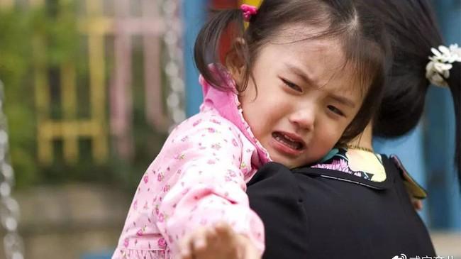 Tại sao sau khi bị đánh mắng đứa trẻ vẫn muốn ôm hôn bố mẹ? Lý do có thể sẽ khiến phụ huynh cảm thấy day dứt hối hận - Ảnh 1.