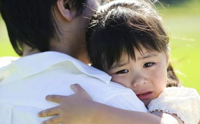 Tại sao sau khi bị đánh mắng đứa trẻ vẫn muốn ôm hôn bố mẹ? Lý do có thể sẽ khiến phụ huynh cảm thấy day dứt hối hận - Ảnh 3.