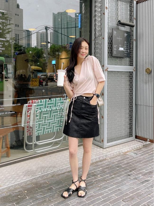 Sợ mặc chân váy đen bị già thì chị em hãy học gái Hàn 12 cách diện trẻ trung, thanh lịch - Ảnh 7.