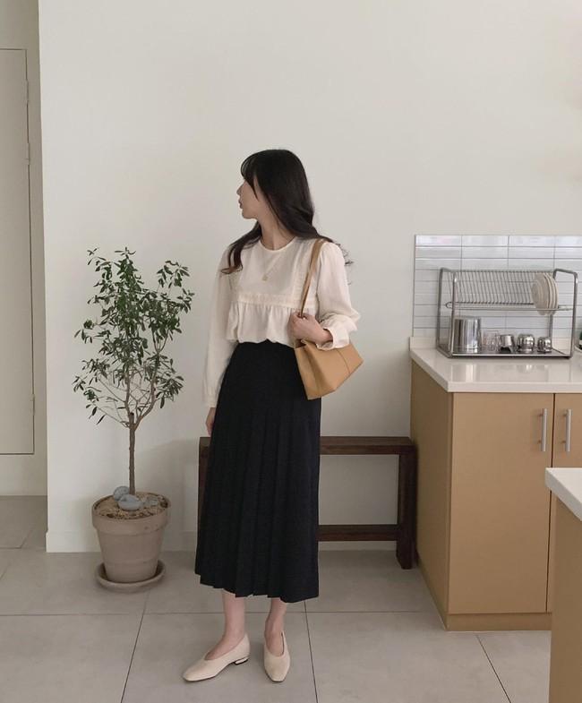 Sợ mặc chân váy đen bị già thì chị em hãy học gái Hàn 12 cách diện trẻ trung, thanh lịch - Ảnh 9.
