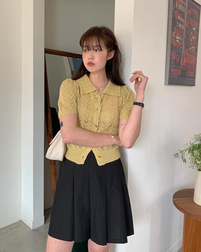 Sợ mặc chân váy đen bị già thì chị em hãy học gái Hàn 12 cách diện trẻ trung, thanh lịch - Ảnh 2.