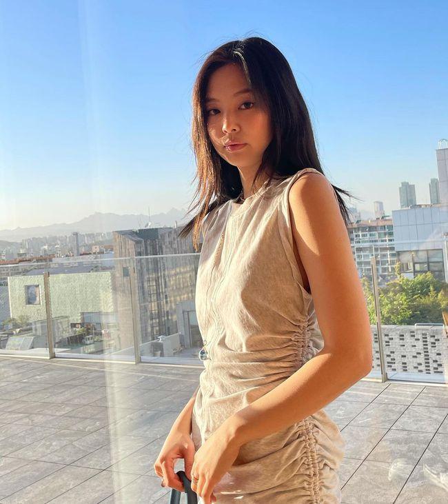 Jennie bùng nổ sự xinh đẹp dù trang điểm kiểu suy nhược, mặc váy hơi giống... giẻ lau - Ảnh 2.