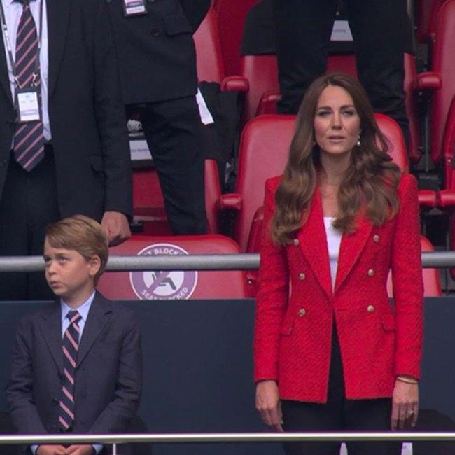Khoảnh khắc hài hước của Hoàng tử George trên khán đài xem EURO 2020 gây bão MXH, làm tan chảy trái tim bất cứ ai - Ảnh 3.