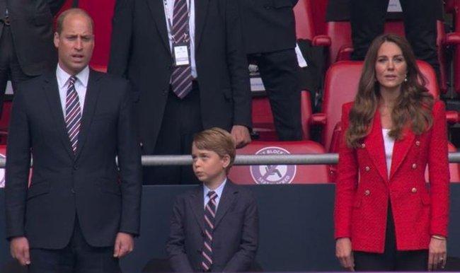 Khoảnh khắc hài hước của Hoàng tử George trên khán đài xem EURO 2020 gây bão MXH, làm tan chảy trái tim bất cứ ai - Ảnh 2.