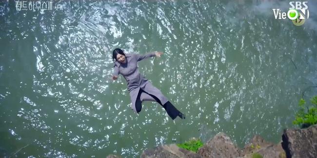Cuộc chiến thượng lưu 3 tập 1: Seo Jin vừa ra tù đã bị Su Ryeon bắt cóc vứt xuống sông, Ju Dan Tae trở lại đầy hoành tráng  - Ảnh 4.