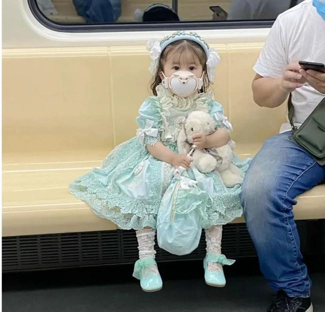 """Cô bé 3 tuổi """"đốn tim"""" cư dân mạng với phong cách Lolita đáng yêu nhưng ẩn sau đó là nỗi lo mà bố mẹ không lường nổi - Ảnh 1."""