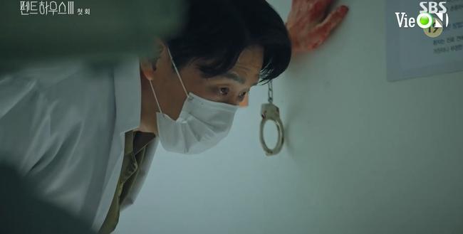 Cuộc chiến thượng lưu 3 tập 1: Seo Jin vừa ra tù đã bị Su Ryeon bắt cóc vứt xuống sông, Ju Dan Tae trở lại đầy hoành tráng  - Ảnh 10.