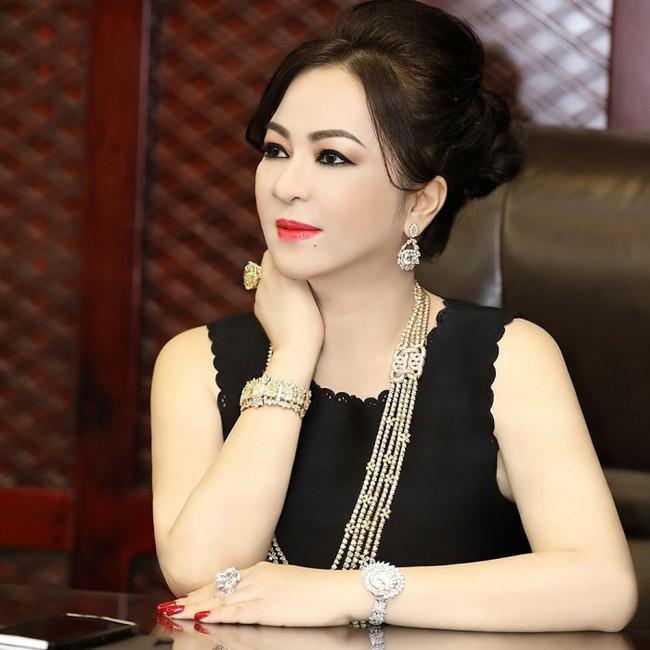 """Cận cảnh cả GƯƠNG KIM CƯƠNG """"nước D"""" đắt nhất thế giới, mỗi viên hơn 20 carat của bà Nguyễn Phương Hằng - Ảnh 3."""