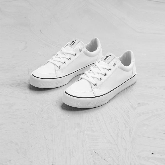 """8 đôi sneakers trắng """"made in Vietnam"""" chuẩn thời thượng, kết hợp được với mọi kiểu đồ và giá chỉ từ 350k - Ảnh 1."""