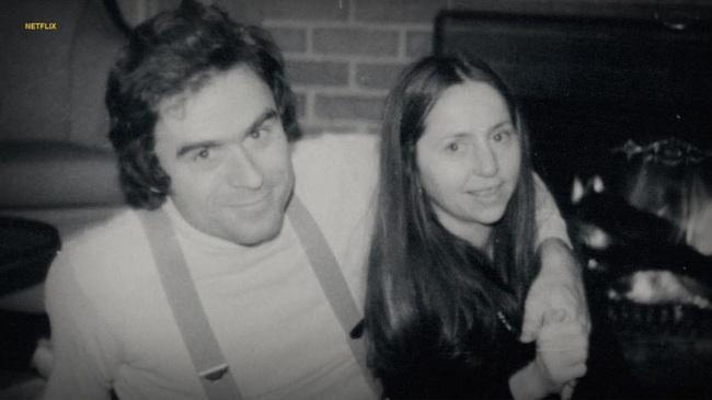 """Ted Bundy: Tuổi thơ cô đơn, bị bạo hành tạo ra """"con quỷ"""" giết người không gớm tay dưới vỏ bọc chàng sinh viên luật hào hoa, phong nhã - Ảnh 7."""