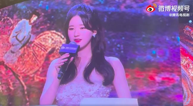 Nhan sắc thực của Triệu Lộ Tư bị lộ trên sóng trực tiếp, đẹp thế nào mà netizen so với Triệu Lệ Dĩnh?  - Ảnh 1.