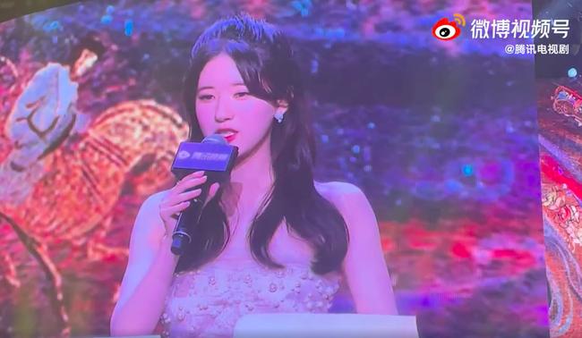 Nhan sắc thực của Triệu Lộ Tư bị lộ trên sóng trực tiếp, đẹp thế nào mà netizen so với Triệu Lệ Dĩnh?  - Ảnh 2.