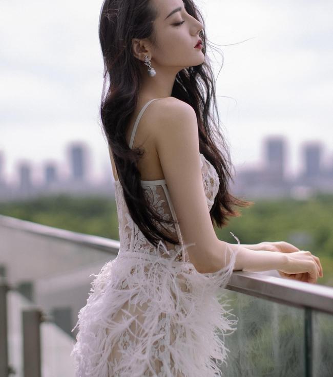 Địch Lệ Nhiệt Ba đi sự kiện mặc váy lòi hết xương cổ, đáng chú ý là cảnh suýt lộ hàng phải dùng tay che - Ảnh 6.