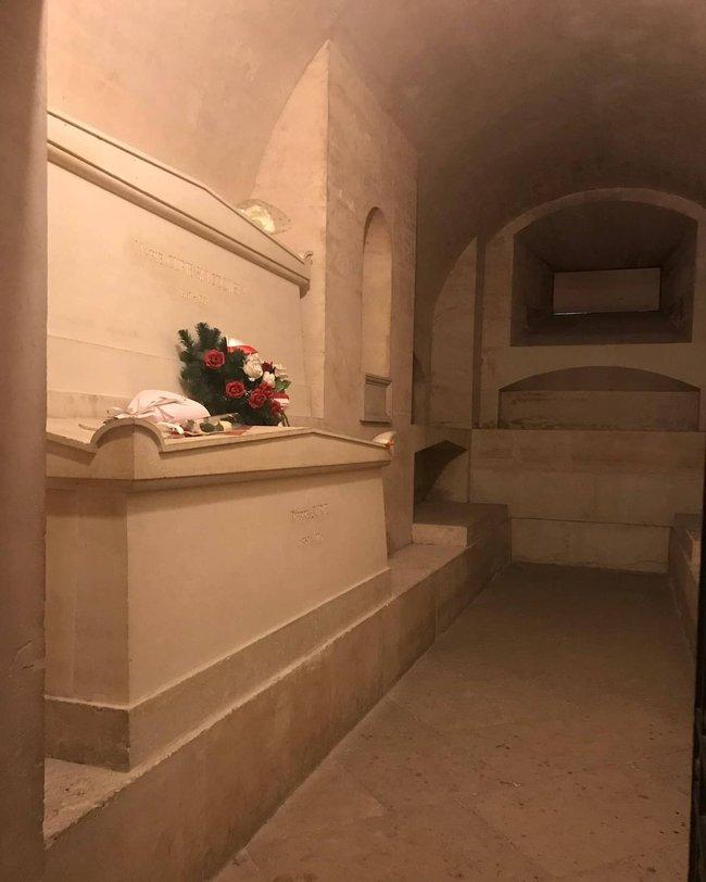 Ngôi mộ kỳ lạ của người phụ nữ thiên tài bậc nhất thế giới: quan tài được lót lớp chì dày 2cm, bất kỳ ai đến thăm cũng phải mặc đồ bảo hộ - Ảnh 6.