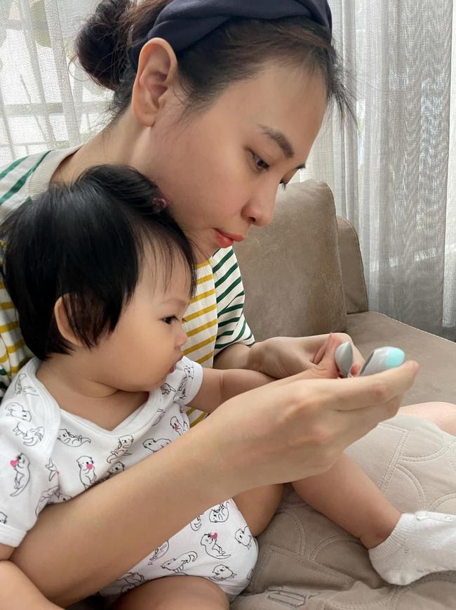 """Loạt chi tiết nhỏ """"bóc"""" trình độ nuôi con của Đàm Thu Trang, phu nhân Tổng giám đốc chăm con  - Ảnh 1."""