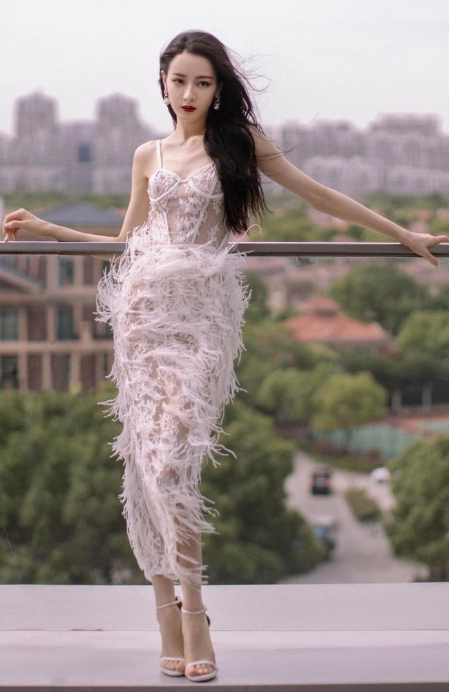 Địch Lệ Nhiệt Ba đi sự kiện mặc váy lòi hết xương cổ, đáng chú ý là cảnh suýt lộ hàng phải dùng tay che - Ảnh 8.