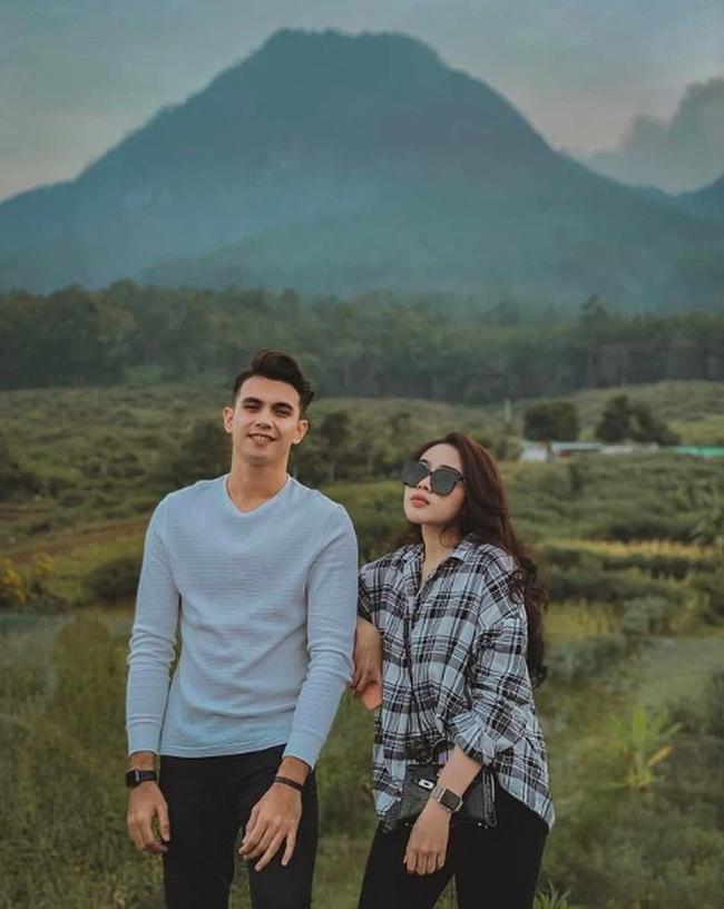 """Méo mặt trên sân vì bị ĐT Việt Nam """"hành hạ"""", thủ thành đẹp trai như tài tử của Indonesia vẫn nổi bật ngời ngời, đặc biệt nhất là chuyện tình với cô vợ """"kém sắc"""" - Ảnh 5."""