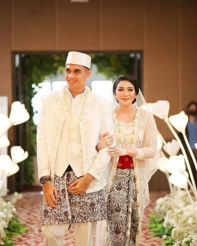 """Méo mặt trên sân vì bị ĐT Việt Nam """"hành hạ"""", thủ thành đẹp trai như tài tử của Indonesia vẫn nổi bật ngời ngời, đặc biệt nhất là chuyện tình với cô vợ """"kém sắc"""" - Ảnh 7."""